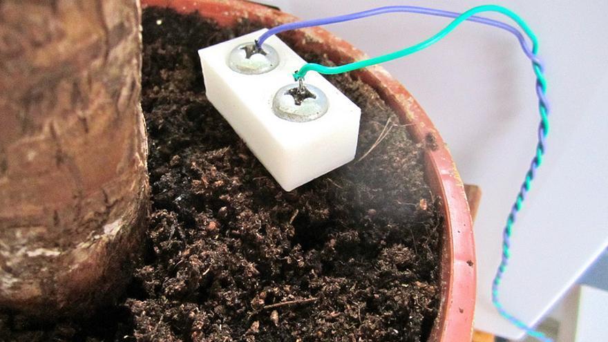 Capteur d'humidité fait maison (DIY) de pierre-alain dorange. Flickr bajo licencia Creative Commons by-nc
