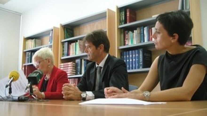 La subdirectora del IML, Eva Bajo (i), el director general de Relaciones con la Administración de Justicia, Alejandro Parres y la directora del IML, María José Meilán (d).