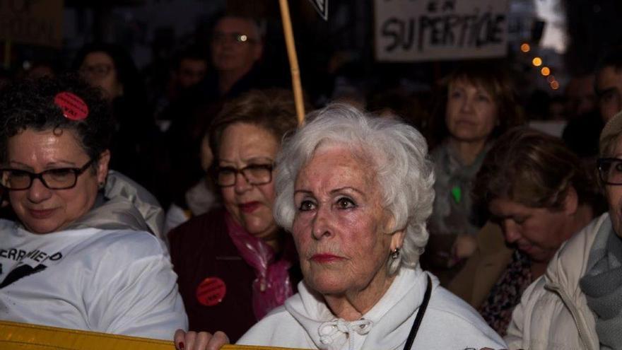"""Ana """"la abuela de las vías"""", en la cabecera de la concentración"""