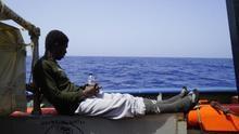 """13 días abandonados por Europa en el buque de una ONG alemana: """"Intentan saltar al mar por la desesperación"""""""