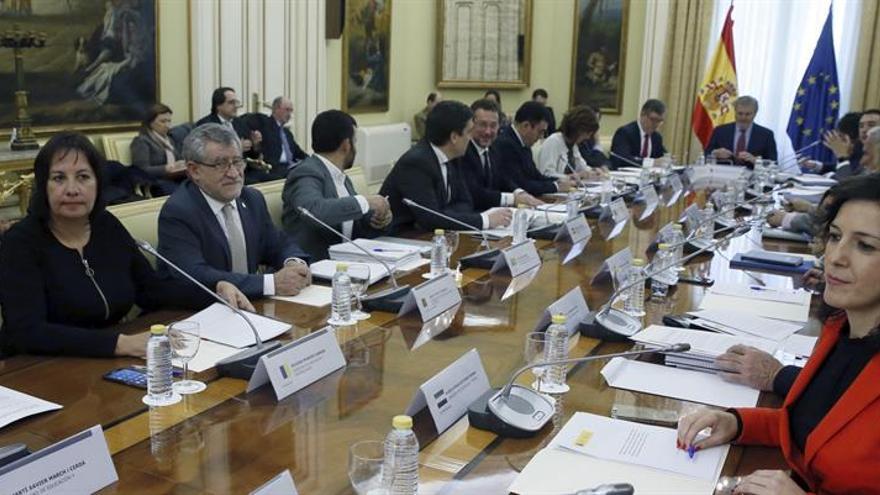 La consejera de Educación y Universidades, Soledad Monzón (i), durante la Conferencia Sectorial de Educación celebrada en la sede del Ministerio, en Madrid. EFE/Fernando Alvarado