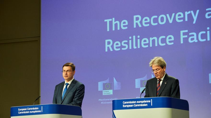 El vicepresidente económico del Ejecutivo comunitario, Valdis Dombrovskis (I), y el comisario de Economía, Paolo Gentiloni (D)