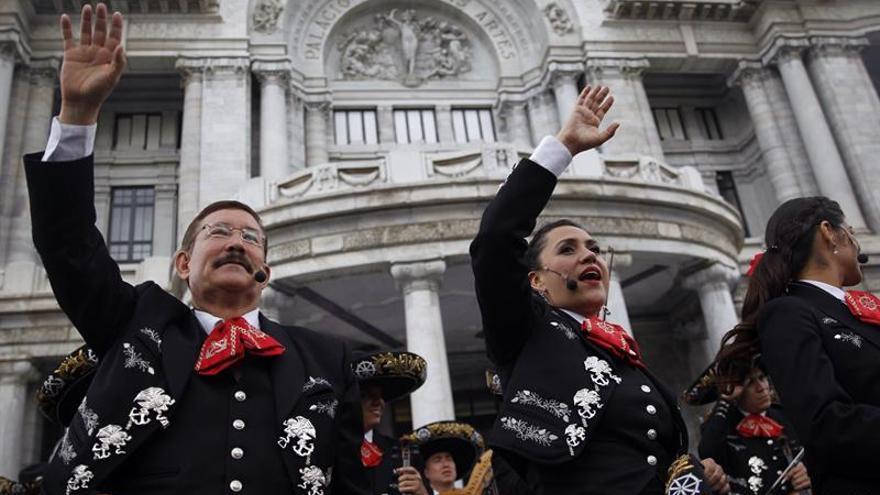 """El mariachi de la Marina mexicana sorprende a los capitalinos con """"flashmob"""""""