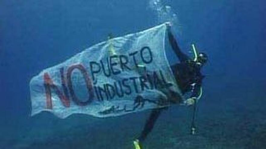 Protesta submarina contra el Puerto de Granadilla (Tenerife). Ben Magec.