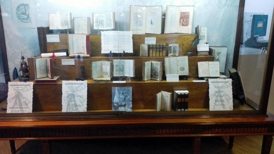 Algunas de las obras de la exposición 'Tras la huella de Cervantes' que se puede ver en la Biblioteca Municipal Central-TEA