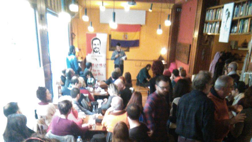 Lleno en el café de Ítaca, en Murcia, durante el Roscón Republicano de IU-V