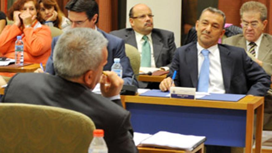 Paulino Rivero sonríe mientras atiende al diputado socialista. (ACFI PRESS)