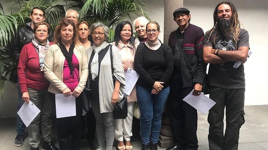 Los artesanos con la consejera de Artesanía, Susana Machín.