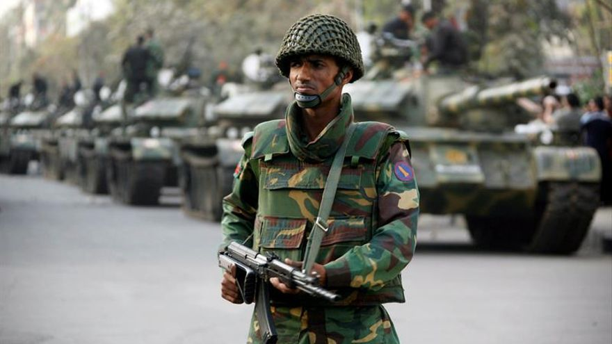 Hombres armados retienen al menos a 20 rehenes en un restaurante de Bangladesh