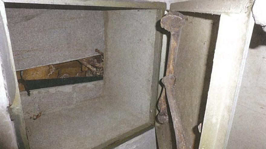 Cajas con restos óseos en las capillas.