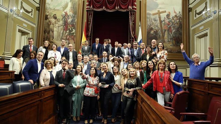 Los diputados canarios posan al finalizar este miércoles el último pleno de la IX legislatura del Parlamento de Canarias