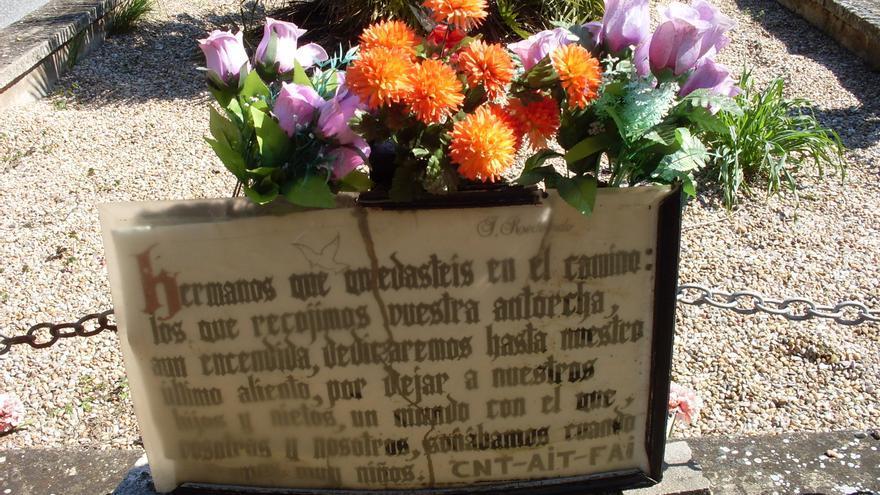 La placa colocada para recordar a los sindicalistas de la CNT, la AIT y la FAI represaliadas en la guerra civil.