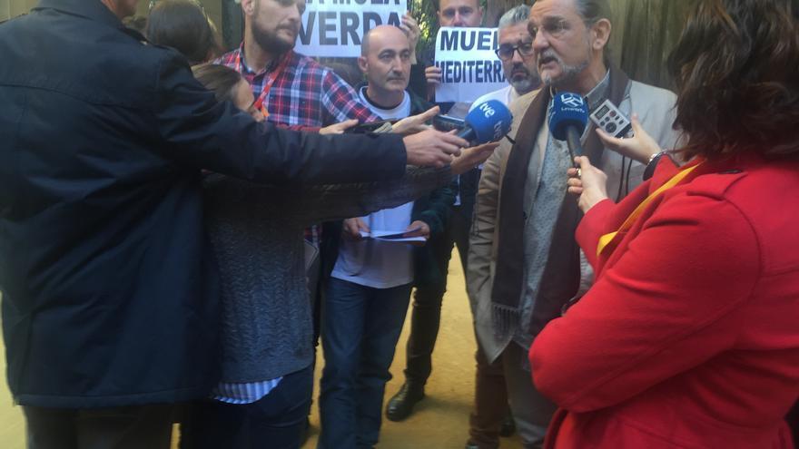 Juan Ponce (Compromís) atiende a la prensa junto a representantes de partidos y colectivos vecinales contrarios a Puerto Mediteráneo.