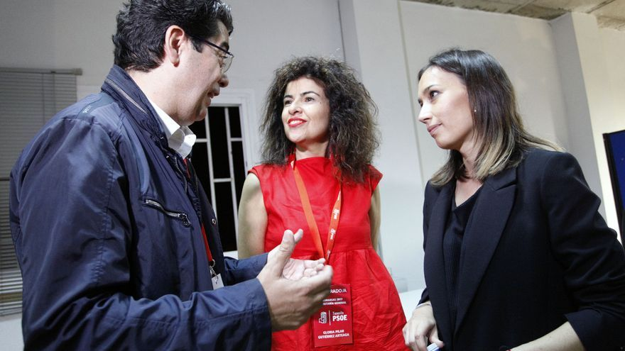 Pedro Martín y Gloria Gutiérrez, este domingo en la sede insular del PSOE, en Santa Cruz