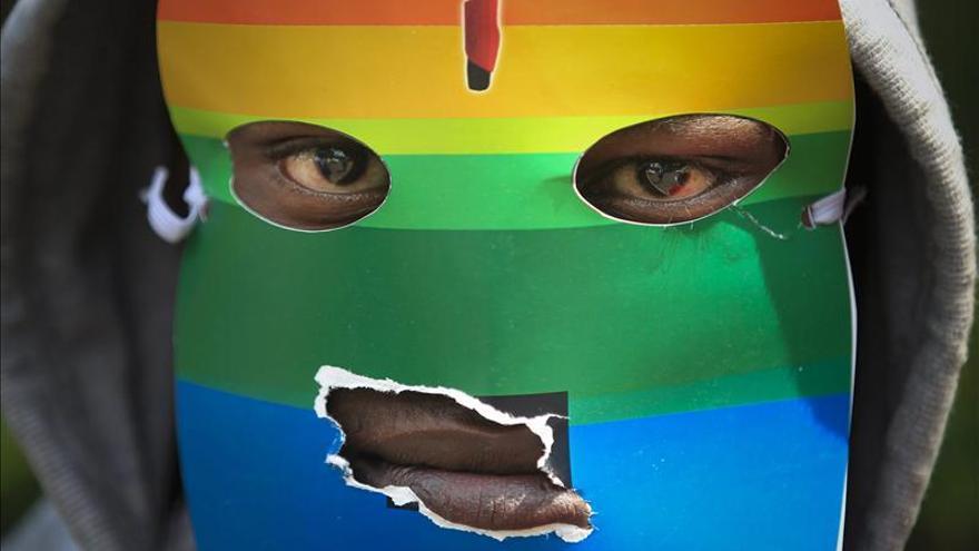 Un manifestante de Kenia se cubre con una máscara durante una concentración por la ley anti-homosexuales de Uganda.