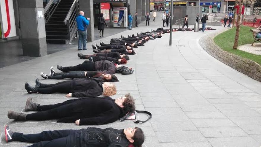 'Performance' escenificada en Bilbao para denunciar las veinte mujeres asesinadas por violencia de género.
