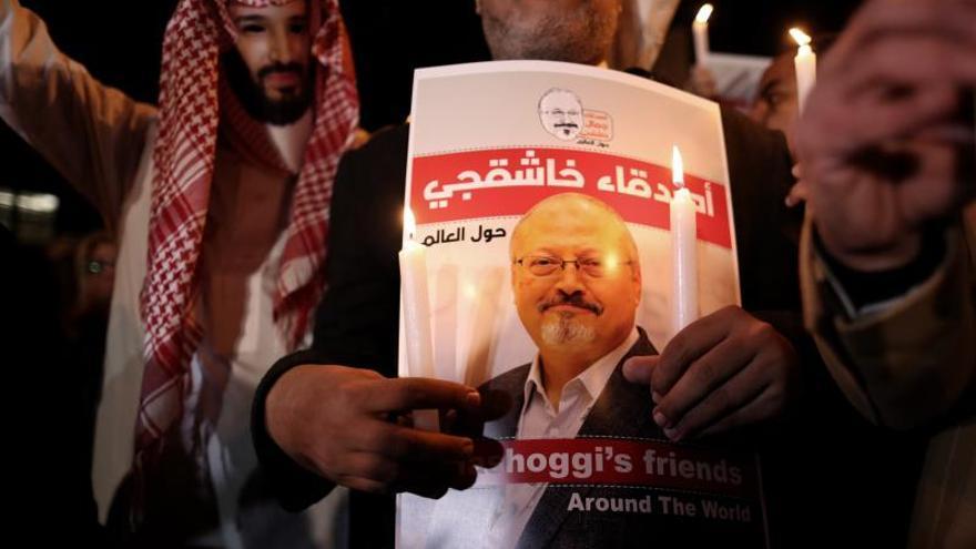 Fotografía de archivo realizada el 25 de octubre de 2018 que muestra a un manifestante que sostiene una fotografía del periodista asesinado Jamal Khashoggi en Estambul (Turquía).