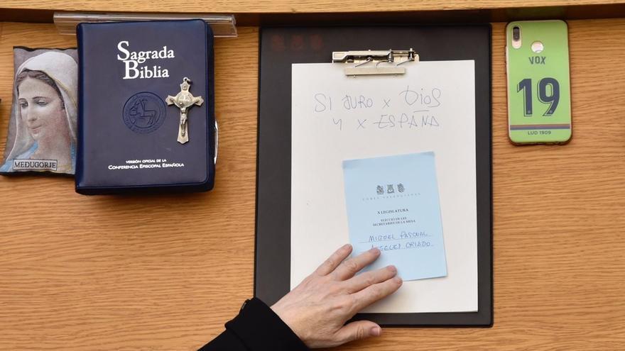 Escaño de Vox con la Biblia, el crucifijo y la fórmula utilizada