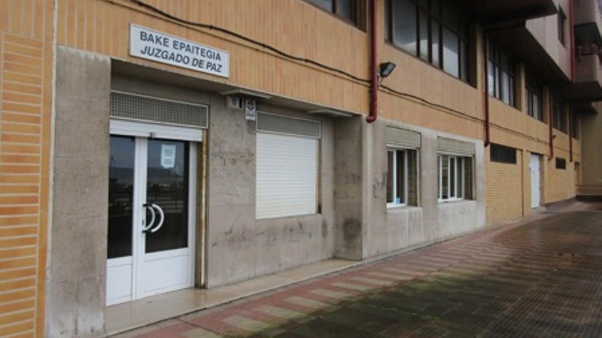 Cinco años sin empleo y sueldo a la secretaria del juzgado de Santurtzi por permitir un cotillón en la sala de vistas