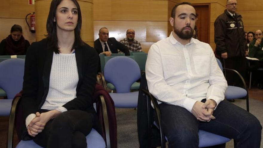 La portavoz del Ayuntamiento de Madrid, Rita Maestre, junto a Héctor Meleiro en el Juzgado