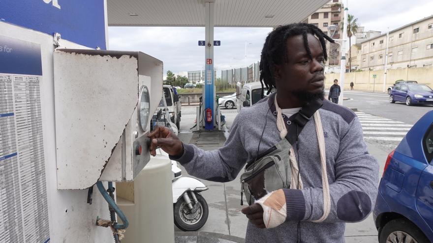 Ali Magnim infla ruedas y hace otras pequeñas tareas a cambio de unas monedas en una gasolinera de Ceuta.