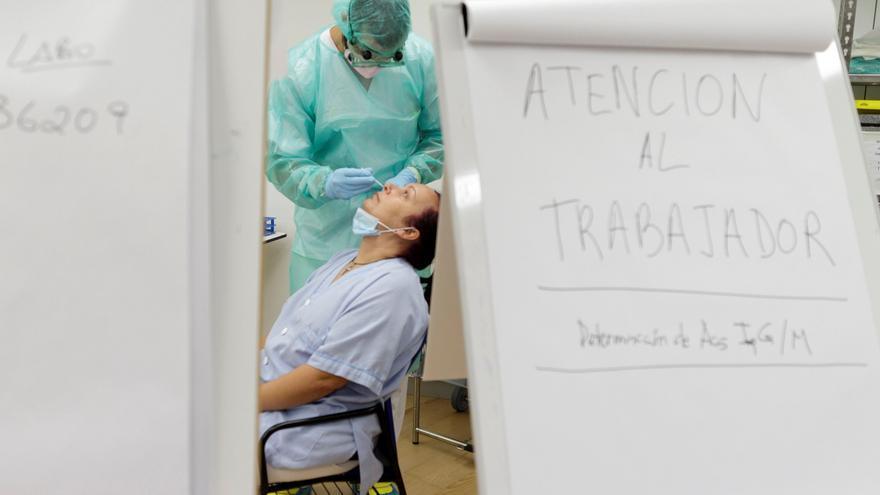 Personal sanitario del Hospital Universitario de Canarias (HUC) se realiza pruebas de la COVID-19.