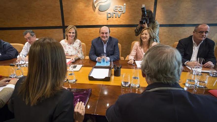 La delegación del PNV, con Andoni Ortuzar, ya en la mesa negociadora en Sabin Etxea.