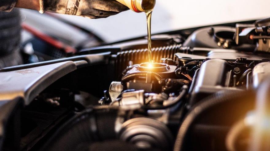 Cambio de aceite de un vehículo en un taller