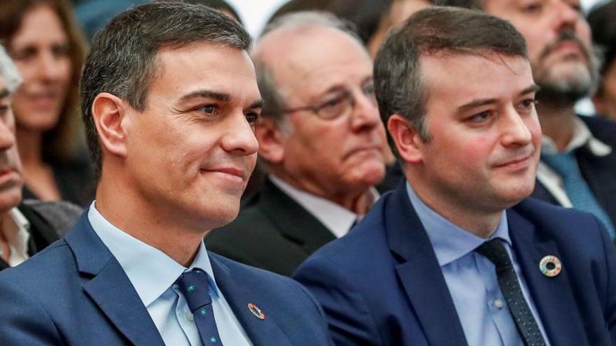 Pedro Sánchez junto a Iván Redondo y detrás de ellos el actor Emilio Gutiérrez Caba