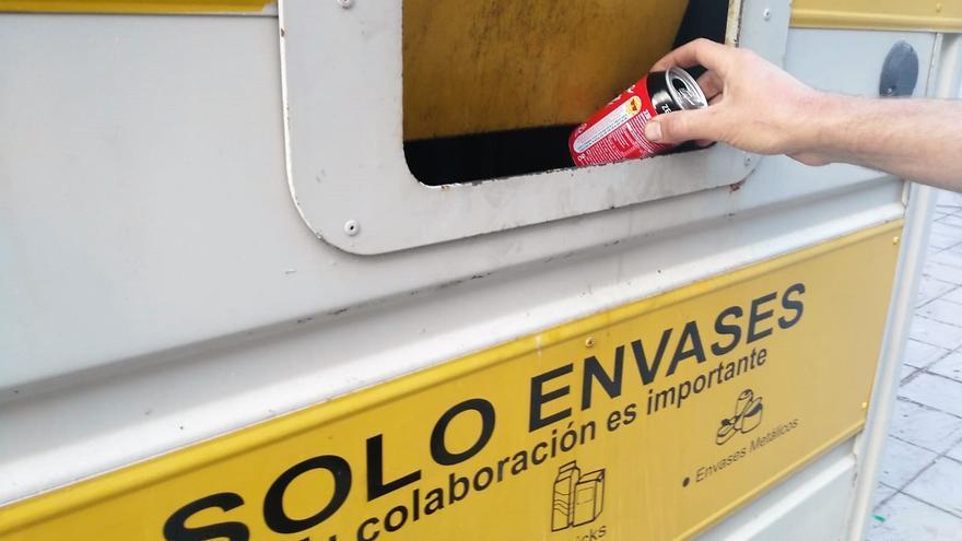 Lata en un contenedor de reciclaje amarillo