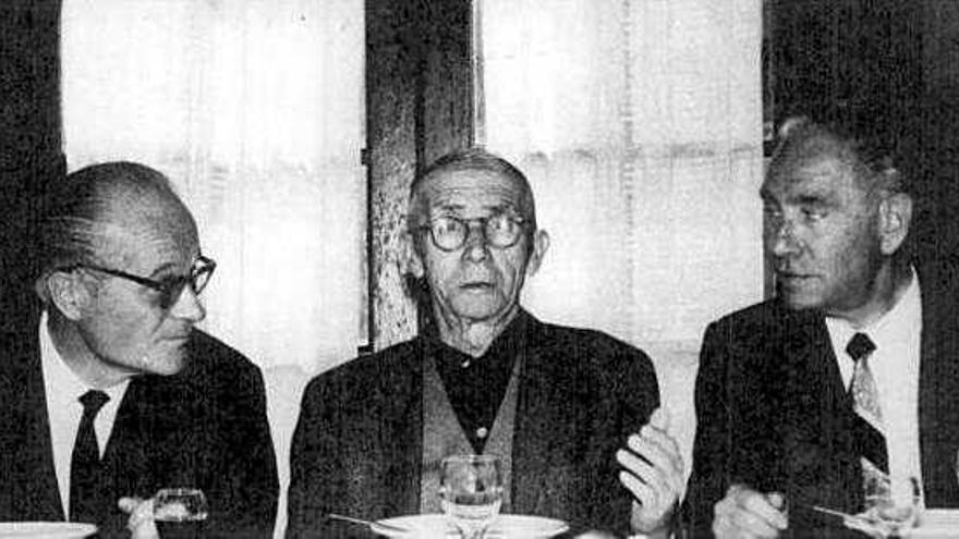 Bruno Alonso vivió en México desde 1942 hasta su muerte en 1977. En la fotografía, un acto de homenaje a Alonso (en el centro) que aparece acompañado por Jenaro de la Colina (izquierda) de la CNT y Juan Ruíz Olazarán (derecha) del PSOE.