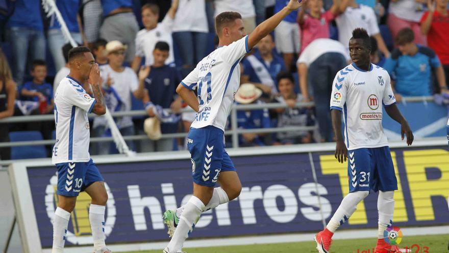 El jugador del CD Tenerife, Jorge Saenz, celebra el gol conseguido frente al Getafe en el Heliodoro Rodríguez López.