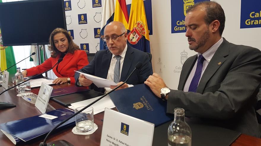 La secretaria de Estado de Investigación e Innovación del Ministerio de Economía, Carmen Vela, el presidente del Cabildo de Gran Canaria, Antonio Morales, y el rector de la Universidad de Las Palmas de Gran Canaria, Rafael Robaina