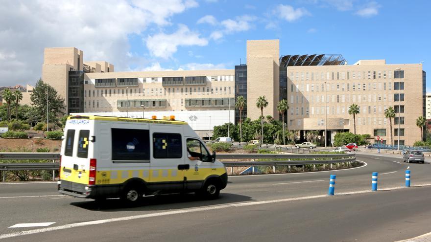 Ambulancia de transporte sanitario no urgente en las proximidades del Hospital Doctor Negrín