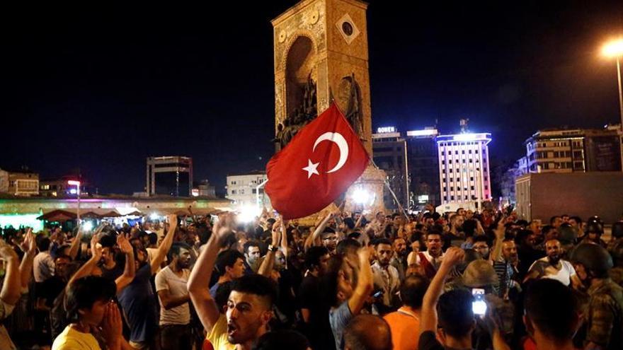 Seguidores del presidente turco Recep Tayyip Erdogan corean proclamas en la plaza Taksim en Estambul, Turquía tras el fracaso del golpe militar.