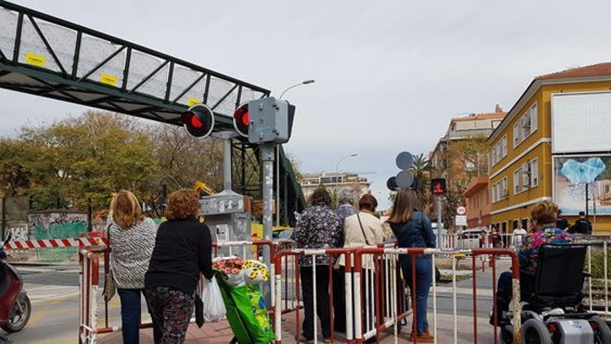 Paso a nivel de Santiago el Mayor en el barrio de El Carmen en Murcia / ELISA RECHE