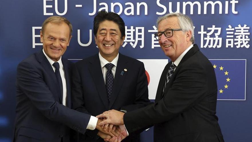 El presidente del Consejo Europeo, Donald Tusk, el primer ministro japonés, Shinzo Abe, y el presidente de la Comision Europea, Jean-Claude Juncker, se saludan antes del comienzo de de una cumbre bilateral, en julio de 2017.