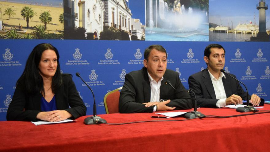 El alcalde de la ciudad, José Manuel Bermúdez (c), presentó la liquidación del presupuesto de 2015 junto a la concejal Zaida González y el concejal Juan José Martínez