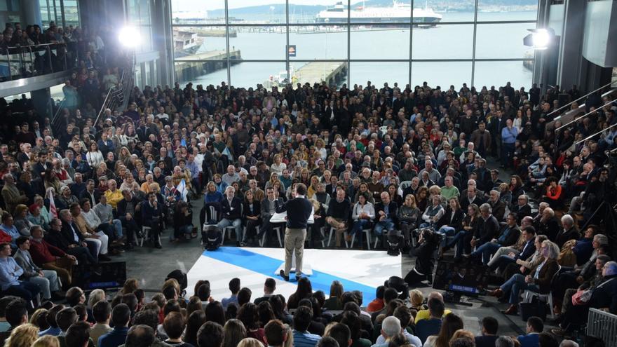Mitin en el que el PP proclamó la candidatura de Feijóo, con el escenario convertido en una gran bandera gallega