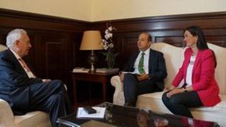 En la imagen, un momento del encuentro entre Margallo, Cardona y la delegada del Gobierno, María del Carmen Hernández Bento.