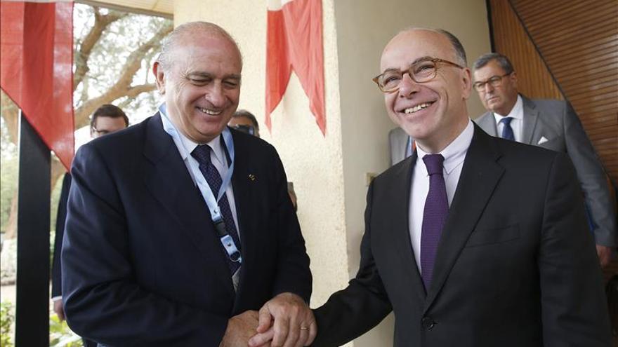 El ministro español del Interior, Jorge Fernández Díaz (i), con su homólogo francés Bernard Cazeneuve (d), en la embajada de Francia en Níger. /Efe