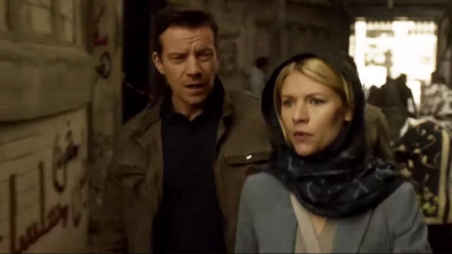 """Fragmento de la serie Homeland. Episodio emitido esta semana. En la pared se puede leer: """"Homeland no es una serie"""""""