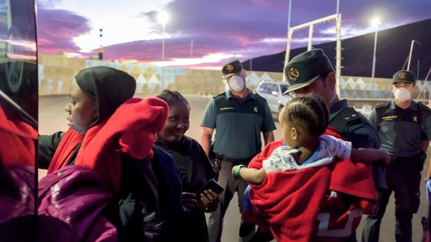 Llegada al puerto de Gran Tarajal de las personas rescatadas por Salvamento. (EFE/Carlos de Saá).