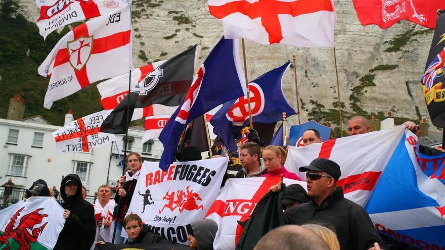 Un grupo de manifestantes de extrema derecha muestra sus banderas y canta sus consignas en Dover.