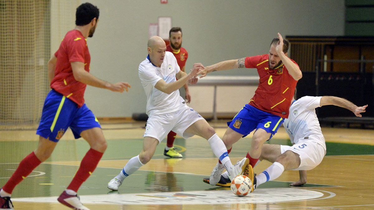 Solano, con el dorsal 6, en el duelo con Eslovenia.