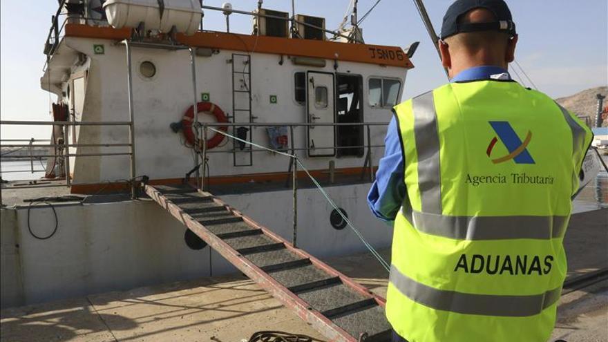 Los tripulantes que quemaron el pesquero con hachís declararán mañana ante el juez