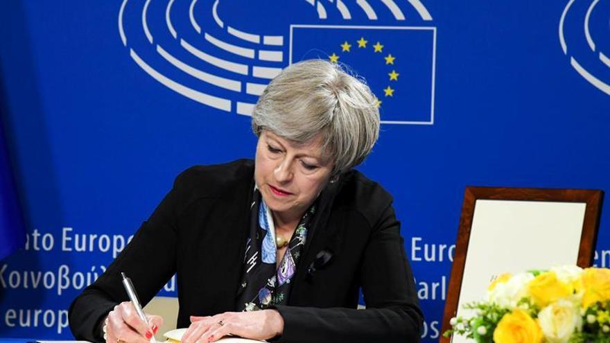 May insta a los partidos norirlandeses a restaurar el Gobierno autónomo