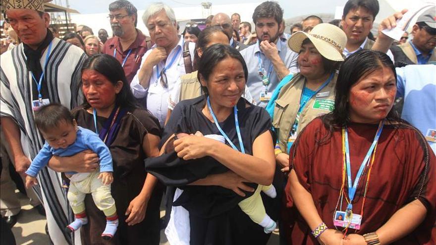 300 Indígenas forman bandera humana en Lima para pedir derechos territoriales