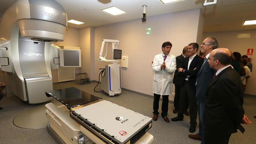 El presidente del Gobierno de Canarias, Fernando Clavijo (2i) y el consejero de Sanidad, Jesús Morera (2d), en la inauguración del nuevo acelerador lineal para el tratamiento de pacientes con radioterapia del Hospital Universitario de Gran Canaria Doctor Negrín. (EFE/Elvira Urquijo A)