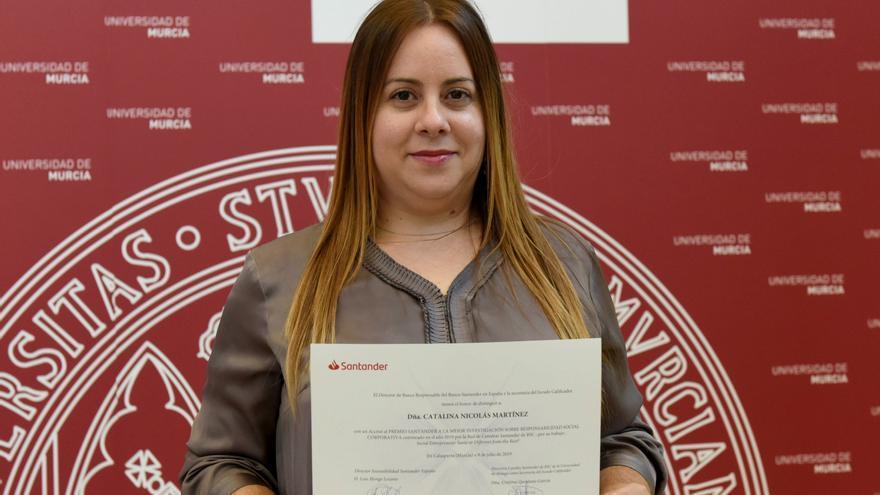 Catalina Nicolás posa con el diploma recibido por la investigación en RSC